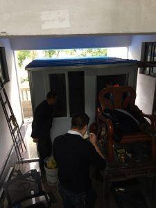 Politiepost onder het huis van Li en zijn gezin