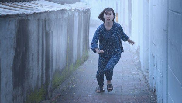 In pyjama ontsnapt Choon-yei aan staatsveiligheidsagenten.