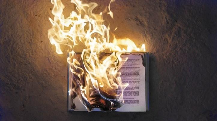 Alle christelijke boeken van onze zus gingen in vlammen op.