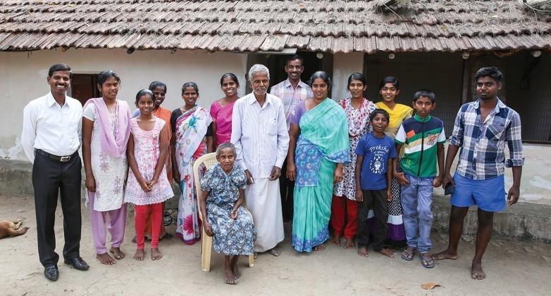 Jatya temidden van zijn familie