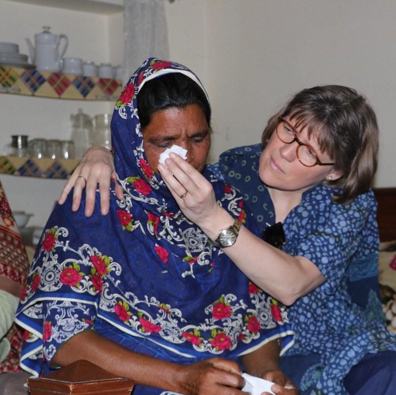 Gertruud de Koeijer troost en bemoedigt een Pakistaanse christelijke familie.