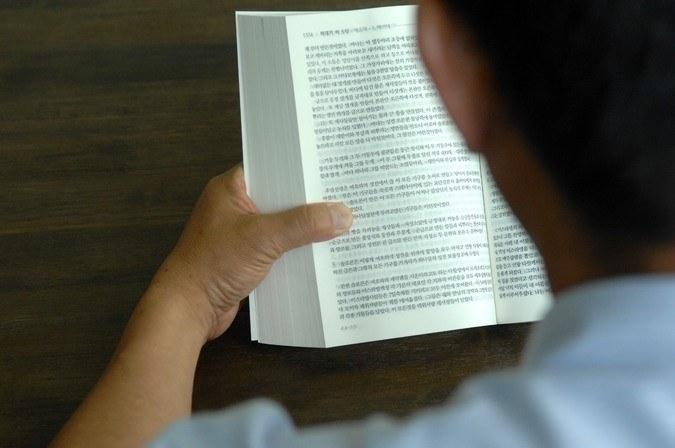 Een Noord-Koreaans christen leest uit de Bijbel.
