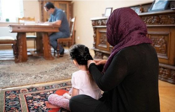 Ali en Soro met hun dochter die twee jaar na hun arrestatie werd geboren