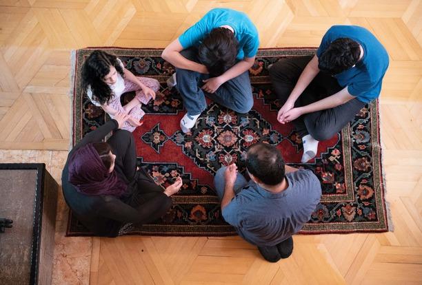 Een gezin in Iran komt thuis bijeen
