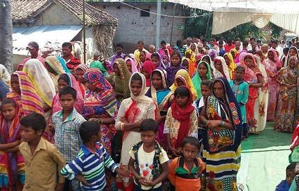 Christelijke gezinnen in een hindoedorp krijgen geen water meer voor hun land.