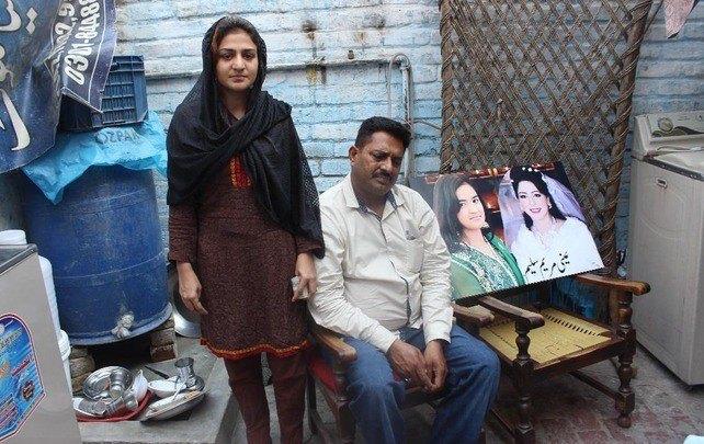 """Naila uit Pakistan raakte gewond bij een bomaanslag. De medische hulp werd door SDOK betaald. """"Het gaat goed met mij, maar er zitten nog bomscherven in mijn lichaam. Volgens de dokter kan het geen kwaad. Ik ben de Heere erg dankbaar dat Hij mij, via jullie, heeft geholpen."""""""