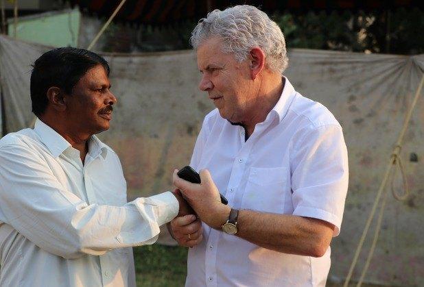 Ds. Visser ontmoet een voorganger die door hindoe-extremisten in elkaar werd geslagen, omdat hij het Evangelie verkondigde.