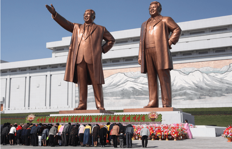 Noord-Koreanen buigen voor de standbeelden van hun leiders